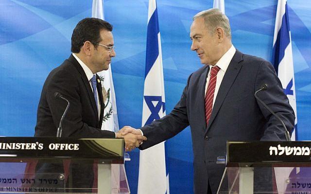 Le président guatémaltèque Jimmy Morales (à gauche) et le Premier ministre Benjamin Netanyahu (à droite) se serrent la main lors d'une conférence de presse conjointe après la signature d'accords bilatéraux au bureau du Premier ministre à Jérusalem le 28 novembre 2016. (Photo AFP / Piscine / Abir Sultan)