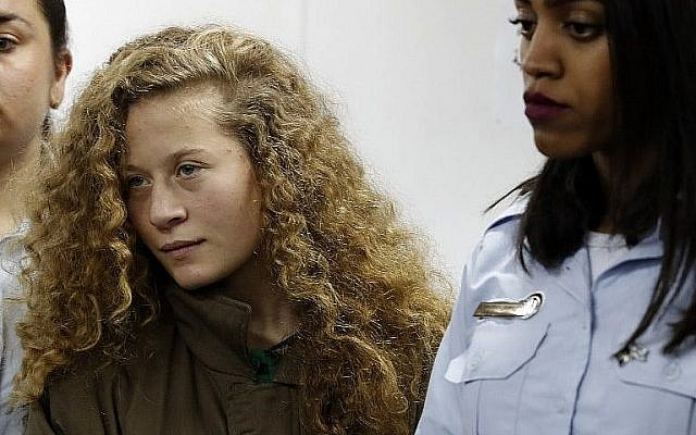 Ahed Tamimi, une Palestinienne de 16 ans, au centre, lors d'une audience au tribunal militaire d'Ofer le 28 dcécembre 2017 (Crédit : AFP Photo/Ahmad Gharabli)