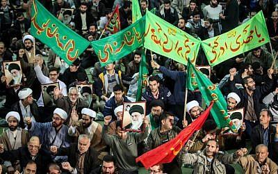 Des Iraniens scandent des slogans qui défendent le gouvernement près de la grande mosquée Imam Khomeini dans la capitale de Téhéran, le 30 décembre 2017. (Crédit : AFP / TASNIM NEWS / HAMED MALEKPOUR)
