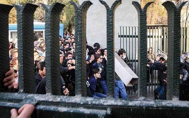 l'université de Téhéran durant une manifestation contre les problèmes économiques dans la capitale de Téhéran, le 30 décembre 2017. Les étudiants ont manifesté pour un troisième jour en raison des problèmes de l'économie iranienne, comme l'ont montré des vidéos sur les réseaux sociaux. Mais leur nombre a été surpassé par les contre-manifestants (Crédit :  AFP / STR)