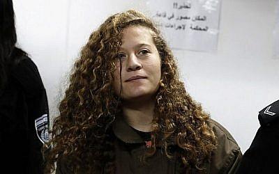 La Palestinienne Ahed Tamimi (C), âgée de 16 ans, assiste à une audience devant le tribunal militaire d'Ofer, en Cisjordanie, le 1er janvier 2018 (Crédit : Photo AFP / Ahmad Gharabli)