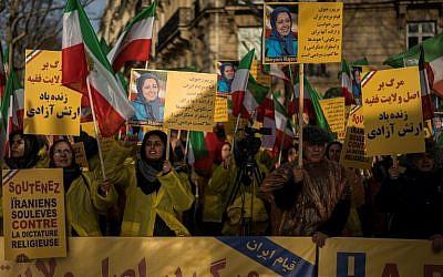Les manifestants brandissent des pancartes avec des portraits de Maryam Radjavi, leader du mouvement d'opposition iranien, lors d'une manifestation de soutien au peuple iranien en pleine vague de protestations à travers l'Iran, le 3 janvier 2018 à Paris (Crédit : AFP PHOTO / Lionel BONAVENTURE)