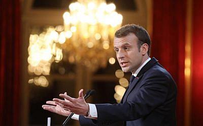 Le président français Emmanuel Macron adresse ses voeux pour la nouvelle année à la presse à l'Elysée à Paris, le 3 janvier 2018 (Crédit : AFP / POOL / LUDOVIC MARIN)