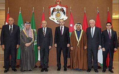 A droite, le ministre marocain des Affaires étrangères Nasser Bourita. Puis de gauche à droite : Le ministre égyptien des Affaires étrangères Sameh Shoukry, le ministre des Affaires étrangères saoudien  Adel al-Jubeir, le chef de la Ligue arabe  Ahmed Abul Gheit, le ministre des Affaires étrangères jordanien Ayman Safadi, le ministre d'Etat des affaires étrangères des EAU Anwar Gargash, le ministre des Affaires étrangères de l'AP Riyad al-Malki au cours d'une rencontre dans la capitale jordanienne d'Amman le 6 janvier 2018 (Crédit : AFP Photo/Khalil Mazraawi)