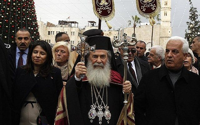 Le patriarche grec orthodoxe de Jérusalem Théophile III (au centre) marche vers l'Eglise de la nativité dans la ville de Bethléem, en Cisjordanie, le 6 janvier 2018 pour un service de Noël selon le calendrier orthodoxe oriental (Crédit :AFP PHOTO / Musa AL SHAER)
