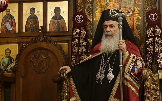 Le patriarche grec-orthodoxe Théophile III dirige la messe de minuit pour les grecs-orthodoxes à l'église de la Nativité de la ville biblique de Bethléem, le 7 janvier 2018 (Crédit : Musa AL SHAER.AFP)