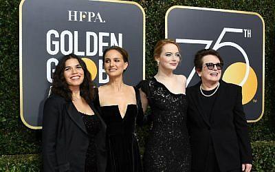 Depuis la gauche : Natalie Portman, America Ferrera,Emma Stone and Billie Jean King arrivent pour la 75ème cérémonie des Golden Globe le 7 janvier 2018 à Los Angeles (Crédit :  AFP PHOTO / VALERIE MACON)