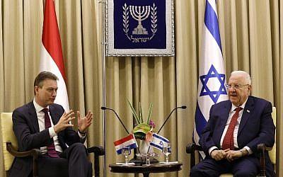 Le président israélien Reuven Rivlin rencontre le ministre des Affaires étrangères néerlandais Halbe Zijlstra à la résidence présidentielle, à Jérusalem, le 10 janvier, 2018.  (Crédit : AFP / GALI TIBBON)