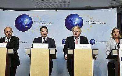 De gauche à droite : le ministre des Affaires étrangères français Jean-Yves Le Drian, le ministre des Affaires étrangères  allemand Sigmar Gabriel, le secrétaire aux Affaires étrangères britannique Boris Johnson et la chef de la diplomatie européenne Federica Mogherini lors d'une conférence de presse à Bruxelles, le 11 janvier 2018. (Crédit : AFP /JOHN THYS)