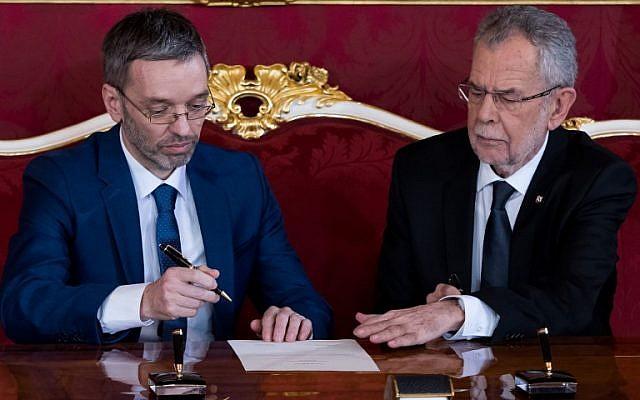 Le ministre de l'Intérieur autrichien Herbert Kickl reçoit sa nomination de la part du président Alexander Van der Bellen, le 18 décembre 2017, à Vienne. (AFP / VLADIMIR SIMICEK