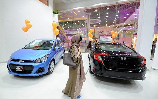 Une Saoudienne dans un salon automobile pour femmes à Jeddah, en Arabie Saoudite, le 11 janvier 2018 (Crédit : AFP / Amer Hilabi)