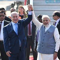 re le Premier ministre Narendra Modi et son homologue israélien Benjamin Netanyahu à l'Air Force Station  de New Delhi, le 14  janvier 2018. (Crédit : AFP / PRAKASH SING)