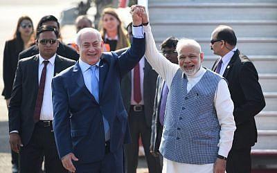 Le Premier ministre indien Narendra Modi, (à droite), et le Premier ministre Benjamin Netanyahu posent pour des photographes après l'arrivée du leader israélien à l'aéroport de New Delhi le 14 janvier 2018. (PRAKASH SINGH / AFP)
