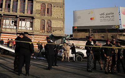Les forces de sécurité irakiennes bouclent la scène d'un double attentat suicide qui a fait 20 victimes à Bagdad, le 15 janvier 2018.  (Crédit : AFP / SABAH ARAR)