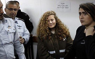 Ahed Tamimi (au centre), une Palestinienne de seize ans, assiste à une audience devant le tribunal militaire d'Ofer en Cisjordanie le 15 janvier 2018. (AFP Photo/Thomas Coex)