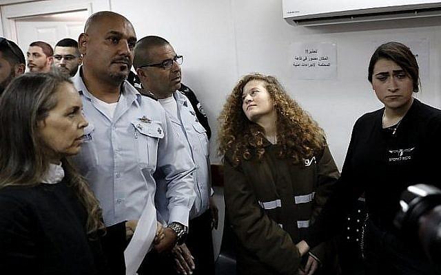 Ahed Tamimi au tribunal militaire d'Ofer, en Cisjordanie, le 15 janvier 2018. (Crédit : AFP PHOTO / THOMAS COEX)