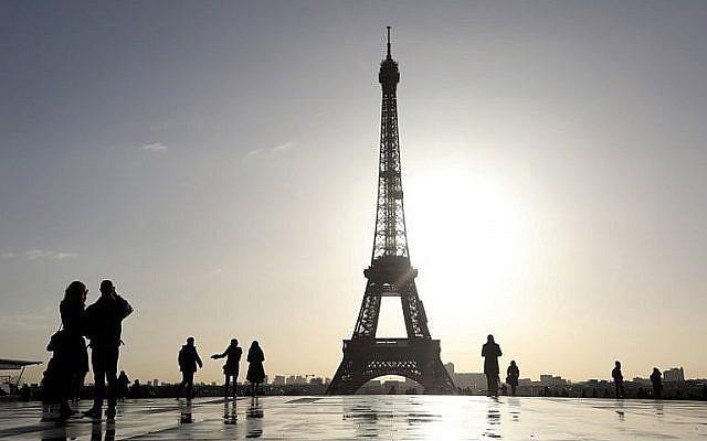 Des gens marchent sur l'esplanade du Trocadéro avec la tour Eiffel en arrière plan, le matin du 17 janvier 2018, à Paris (Crédit : AFP / Ludovic Marin)