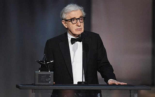 Le réalisateur et acteur Woody Allen s'exprimant sur scène lors de la 45e cérémonie de remise des prix Life Achievement Award de l'American Film Institute en hommage à Diane Keaton au Dolby Theatre à Hollywood, Californie, le 8 juin 2017. (KEVIN WINTER / AFP / Getty Images AMÉRIQUE DU NORD)