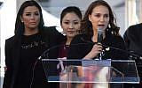Les actrices Eva Longoria, Constance Wu et Natalie Portman s'adressent aux 500 000 manifestants réunis à l'occasion de la Women's March de Los Angeles, marquant le premier anniversaire de l'investiture du président américain Donald Trump, le 20 janvier 2018 (Crédit : AFP / Mark RALSTON)