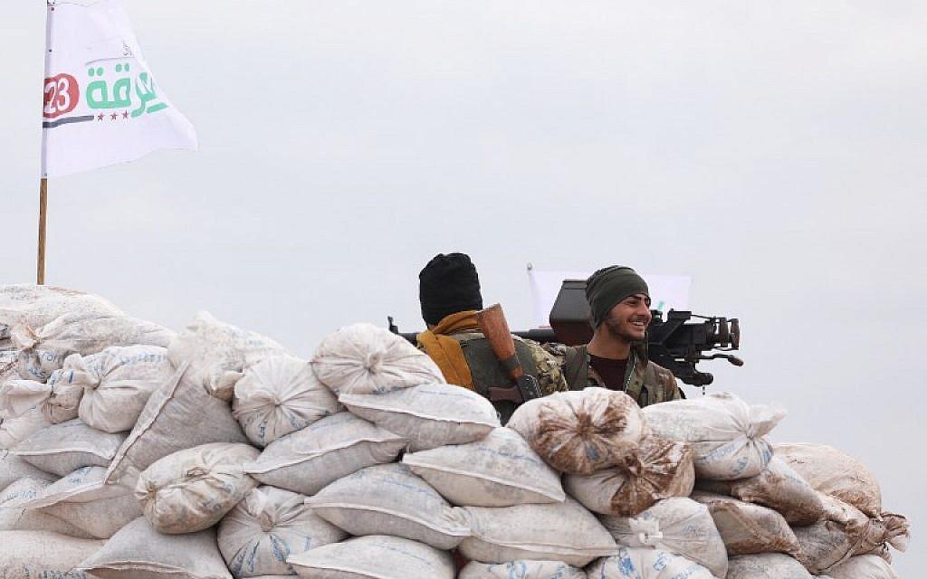 Un rebelle syrien, soutenu par les Turcs, près du village syrien de Qilah, dans la région d'Afrine,, près de la frontière turque, le 21 janvier, 2018. (Crédit : OMAR HAJ KADOUR / AFP)
