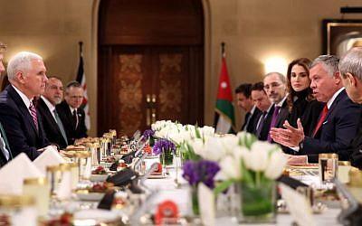 Le vice-président Mike Pence (à droite) déjeune avec le roi Abdallah II de Jordanie et son épouse la Reine Rainai, à Amman, le 21 janvier 2018. (Crédit : AFP / Khalil MAZRAAWI)