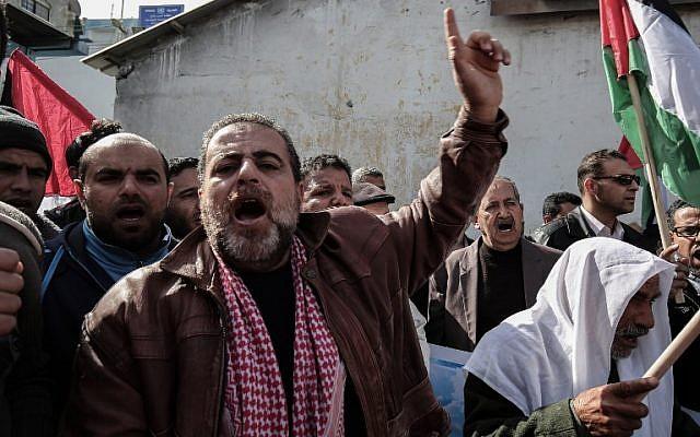 Des Palestiniens manifestent aux abords d'un centre de distribution de l'ONU à Rafah dans le sud de la bande de Gaza, le 21 janvier 2018 (Crédit : AFP/SAID KHATIB)