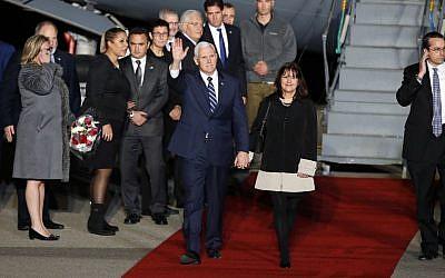 Le vice-président américain Mike Pence et son épouse Karen Pence à leur arrivée à Ben Gurion, l' 21 janvier 2018. (Crédit : AFP / Jack GUEZ)