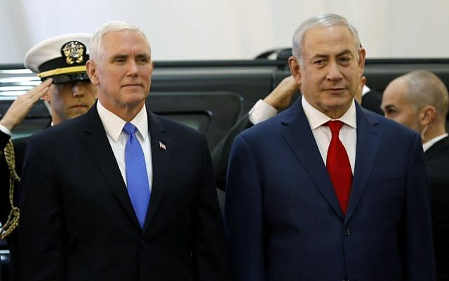 Le vice président américain Miken Pence reçu au bureau du Premier ministre, par Benjamin Netanyahu à Jérusalem, le 22 janvier, 2018. (Crédit : AFP/ Menahem KAHANA