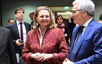 Karin Kneissl, ministre autrichienne des Affaires étrangères, avec son homologue belge Didier Reynders, au Conseil de l'Europe, à Bruxelles, le 22 janvier 2018. (Crédit : AFP / EMMANUEL DUNAND)