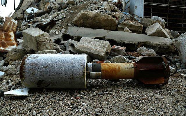 Gros plan d'une roquette vide qui aurait été tirée par le régime sur la ville de Douma, aux mains des rebelles, dans la Ghouta orientale, en périphérie de Damas, le 22 janvier 2018. (Crédit : AFP / HASAN MOHAMED)