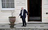 Le secrétaire britannique aux Affaires étrangères Boris Johnson attend le secrétaire d'état américain Rex Tillerson avant leur rencontre à Londres, le 22 janvier 2018 (Crédit : AFP Photo/Pool/Toby Melville)