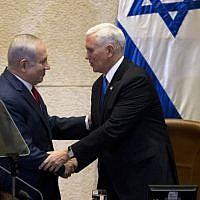 Poignée de mains entre le Premier ministre israélien et le vice-président américain Mike Pence, à la Knesset, le 22 janvier 2018. (Crédit : Ariel Schalit / POOL / AFP)