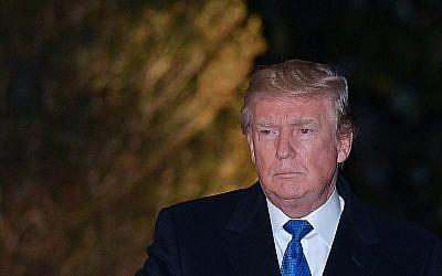 Le président américain Donald Trump sur la pelouse de la Maison Blanche à Washington, Etats-Unis, le 24 janvier 2018 (Crédit : MANDEL NGAN / AFP)