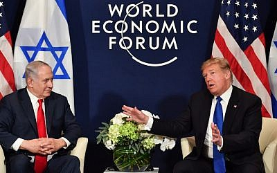 Le président américain Donald Trump s'entretient avec le Premier ministre israélien Benjamin Netanyahu lors d'une réunion bilatérale en marge de la réunion annuelle du Forum économique mondial à Davos, en Suisse, le 25 janvier 2018 (AFP PHOTO / Nicholas Kamm)