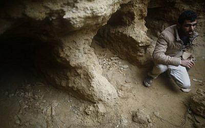 Un Gazaoui découvre un cimetière antique dans son jardin à Beit Hanoun (Crédit : AFP / MOHAMMED ABED)