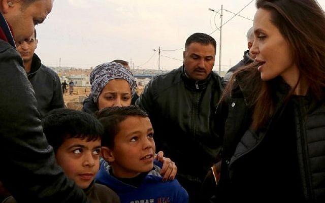 Angelina Jolie, envoyée spéciale de l'agence des Nations unies pour les réfugiés, visite le camp de Zaatari en Jordanie et rencontre les réfugiés syriens, le 28 janvier 2018 (AFP / Khalil MAZRAAWI)
