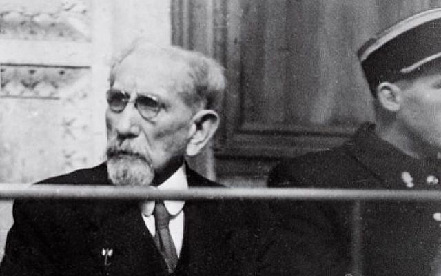 Le politicien et écrivain français Charles Maurras assiste à son procès lors duquel il a été condamné à la réclusion à perpétuité pour complicité avec l'ennemi nazi pendant la Seconde guerre mondiale, le 25 janvier 1945, au palais de justice de Lyon (PHOTO AFP)