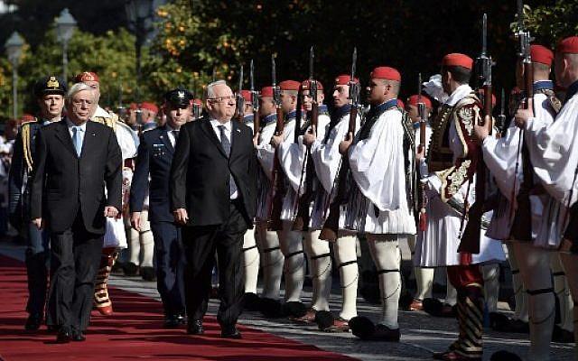 Le président grec Prokopis Pavlopoulos (à gauche) et son homologue israélien Reuven Rivlin passent en revue la garde présidentielle grecque avant leur rencontre à Athènes, le 29 janvier 2018 (AFP PHOTO / ARIS MESSINIS)