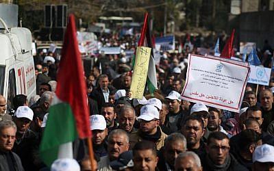 Des manifestants palestiniens à Gaza protestent contre le gel de l'aide américaine à l'UNRWA, le 29 janvier 2018. ( Crédit : AFP  / MOHAMMED ABED)