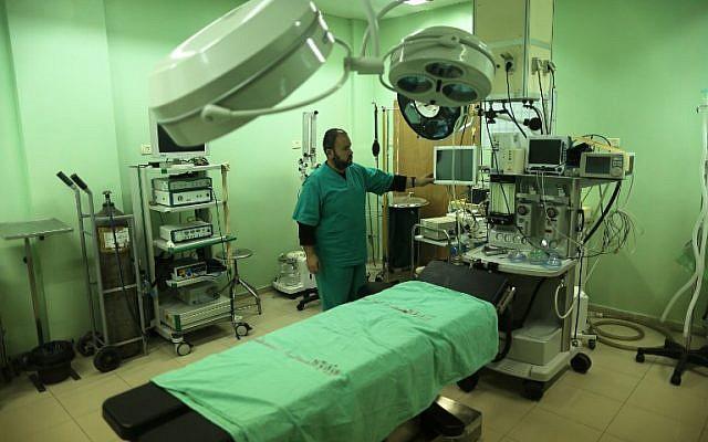 Un employé du ministère palestinien de la Santé inspecte l'hôpital de Beit Hanun dans le nord de la bande de Gaza, qui a cessé ses services le 29 janvier 2018 après un manque de carburant (Mahmud Hams / AFP)