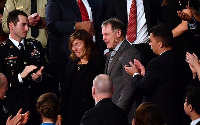 Fred et Cindy Warmbier applaudis durant le discours de l'état de l'Union au capitole américain de Washington, le 30 janvier 2018 (Crédit :  AFP/Nicholas Kamm)