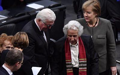 De gauche à droite, le président allemand Frank-Walter Steinmeier, la survivante de l'Holocauste Anita Lasker-Wallfisch et la chancelière allemande Angela Merkel quittent après la cérémonie annuelle à la mémoire des victimes et des survivants de l'Holocauste le 31 janvier à Berlin (Bundestag) 2018. (Crédit: AFP / John MACDOUGALL)