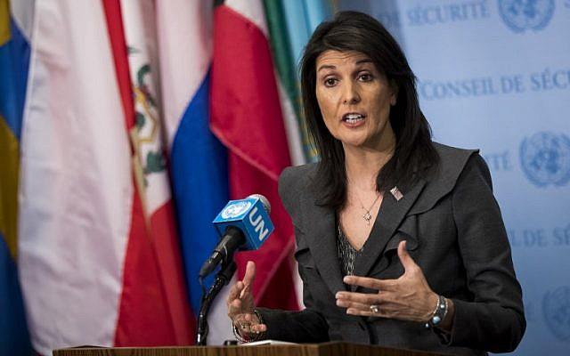 L'ambassadrice américaine à l'ONU Nikki Haley s'exprime devant les journalistes au siège des Nations unies, le 2 janvier 2018 à New York (Crédit : Drew Angerer/Getty Images/AFP)
