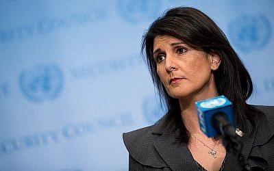 Nikki Haley, ambassadrice des Etats-Unis auprès des Nations unies, s'entretient avec la presse au siège des Nations unies à New York, le 2 janvier 2018 (Crédit : Drew Angerer / Getty Images / AFP)