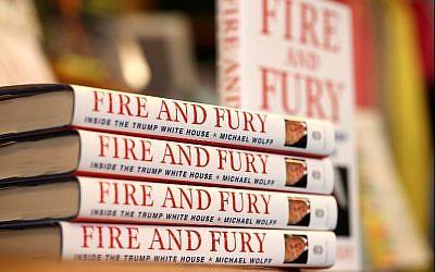 """Des exemplaires du livre """"Fire and Fury"""" de l'auteur Michael Wolff sont exposés sur une étagère à Book Passage le 5 janvier 2018, à Corte Madera, en Californie (Justin Sullivan / Getty Images / AFP)"""