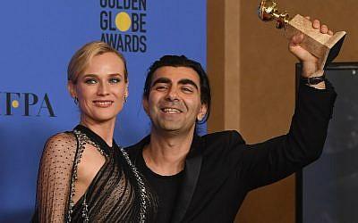 Diane Kruger et le réalisateur Fatih Akin, avec leur trophée du Golden Globe de meilleur film en langue étrangère pour 'In The Fade' au Beverly Hilton Hotel, en Californie, le 7 janvier 2018. (Crédit : Kevin Winter/Getty Images/AFP