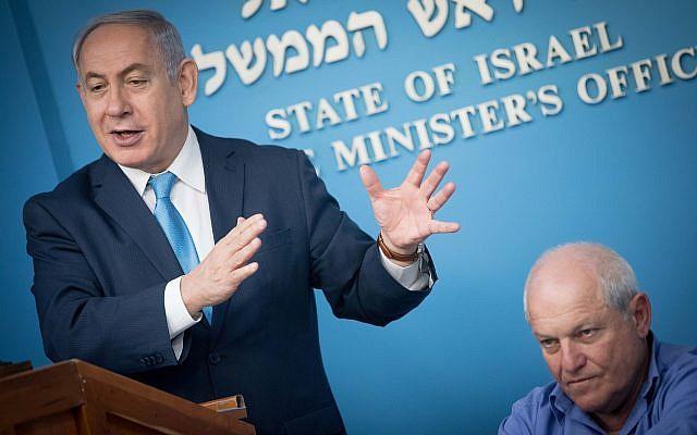 Le Premier ministre Benjamin Netanyahu en compagnie du ministre des Affaires sociales, Haim Katz, lors d'une conférence de presse annonçant une augmentation des allocations pour adultes handicapés, le 3 janvier 2018 (Yonatan Sindel / Flash90)
