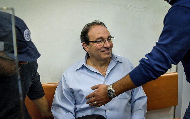 Dov Zur, maire de Rishon Lezion, arrive devant le tribunal de première instance de Rishon Lezion pour la prolongation de sa suspension provisoire, le 7 décembre 2017. (Avi Dishi / Flash90)
