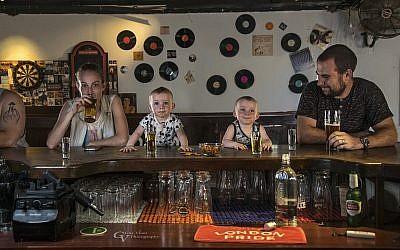 Au pub avec papa et maman (avec la permission de Guy Vainer)