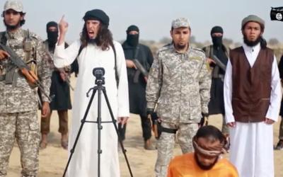 Capture d'écran d'une vidéo publiée le 3 janvier 2017 et produite par l'Etat islamique dans la péninsule du Sinaï dans laquelle le groupe terroriste déclare la guerre au Hamas et exécute l'un de ses propres membres pour avoir fait de la contrebande d'armes avec le groupe palestinien (Capture d'écran)